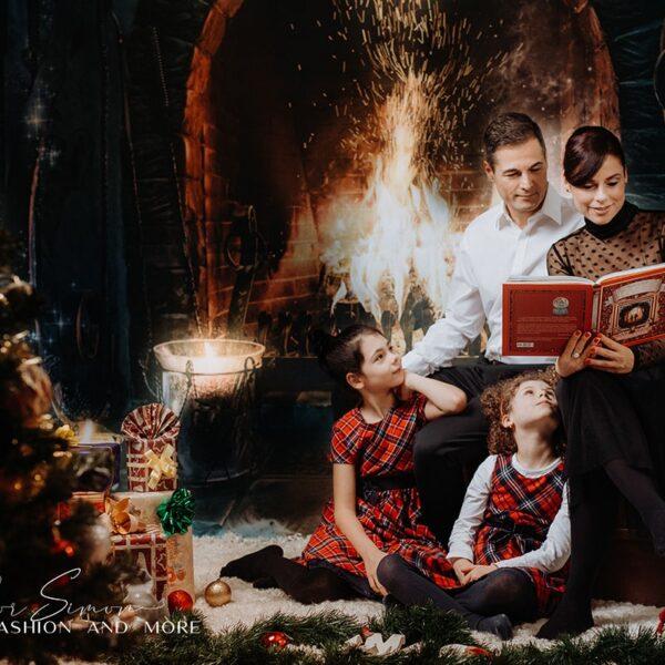 Karácsonyi fotózás, család a kandalló előtt.