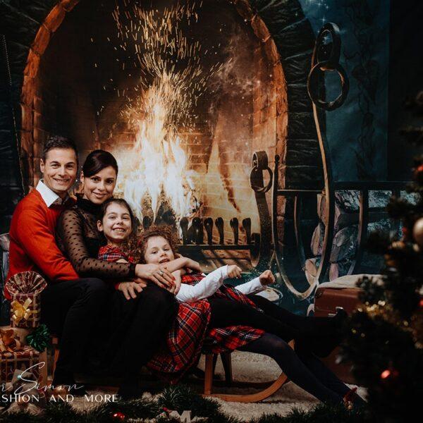 Karácsonyi fotózás stúdióban, család a kandalló előtt.