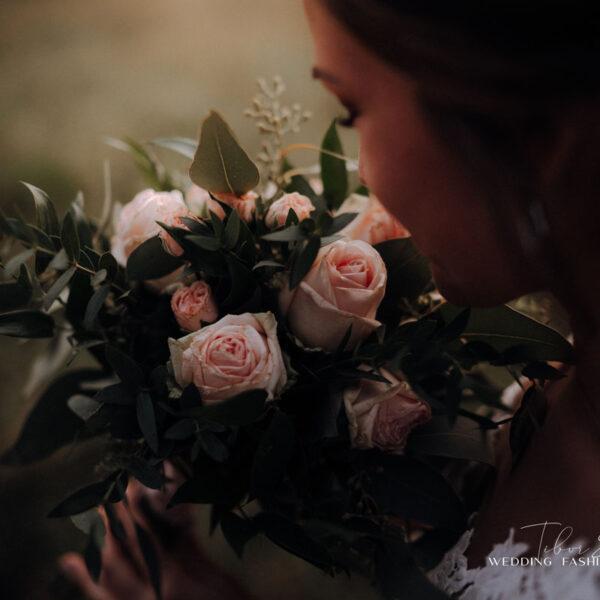 Kreatív esküvői fotózás, menyasszony csokorral a kezében.