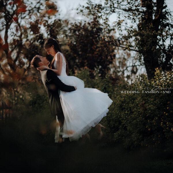Kreatív esküvői fotózás, pár a fák között.