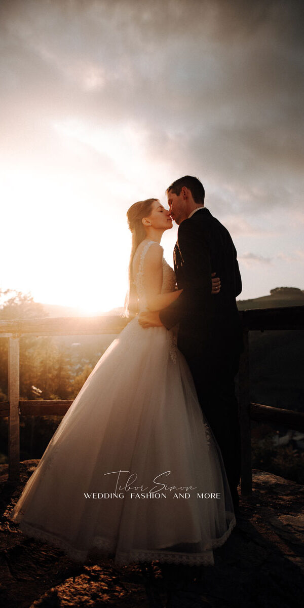 Kreatív esküvői fotózás, pár a naplementében.